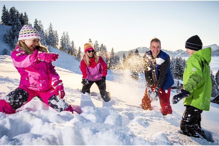 Auf die Plätze, fertig, Schnee! Bettina Wittwer und die Zwillinge Lara und Mario zu Besuch in Sattel SZ. Beim Vater gibt es coole Wintersportgebiete, finden die beiden.