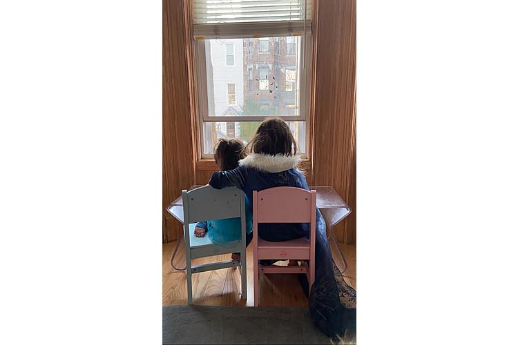 Lucia und Morgen geniessen die Aussicht im neuen Haus.