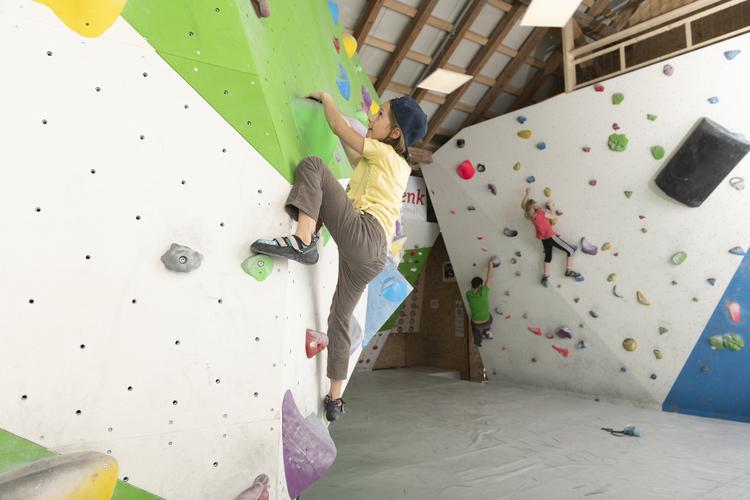 Klettern in der Boulderschüür.