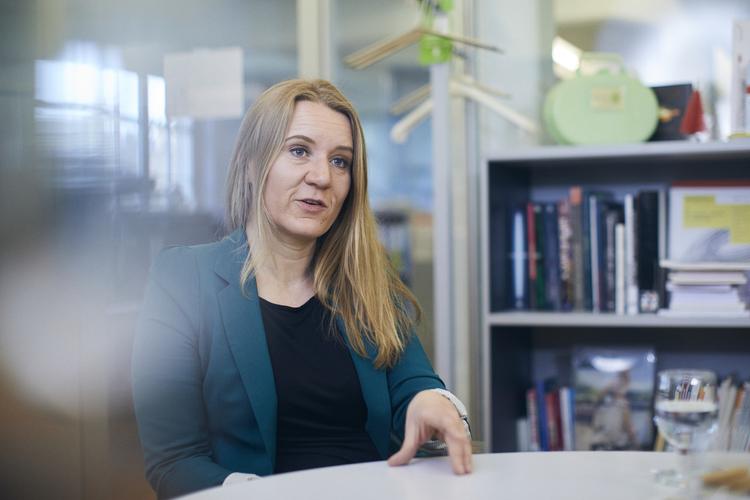 Die Medienwissenschaftlerin Ulla Autenrieth forscht an der Universität Basel zum Thema Mediennutzung und -kompetenz von Jugendlichen und jungen Erwachsenen. Daneben leitet die Mutter zweier Kinder das Projekt «Familienbilder im Social Web».