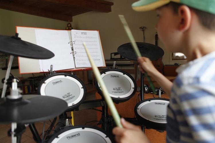 1/5 Nalin spielt E-Schlagzeug, ...