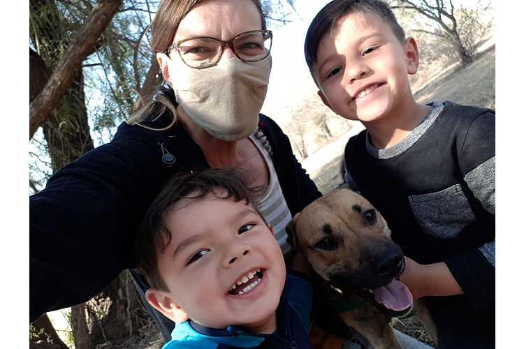 Spaziergang mit Kindern und Hund.