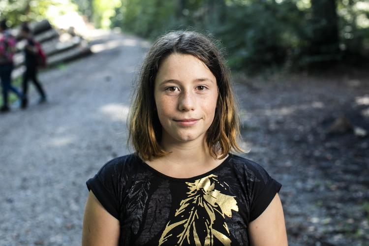 5/6 Thalia, 11 Jahre: Ich bin mit der Pfadi ganz oft im Wald – daher ist das jetzt nicht so besonders für mich. Aber es ist anders. In der Pfadi macht es mehr Spass, weil wir auch Zelte aufbauen und übernachten. Aber hier mit der Schule lerne ich mehr. Und ich mag die frische Luft, da kann ich besser lernen.