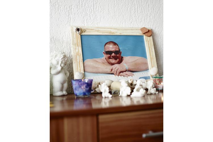 Im Zuhause erinnern viele Fotos an den Vater.