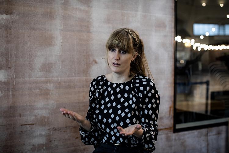 Sophia Fischer ist Psychotherapeutin mit Vertiefung Traumapädagogik und Traumatherapie und arbeitet im Kinder- und Jugenddienst (KJD) des Kantons Basel-Stadt als Leiterin des Fachbereichs Psychologie und als Leiterin des Projekts «Erstinterventionen nach häuslicher Gewalt» (Infos: Sophia.Fischer@bs.ch). Sie ist Mutter von zwei Kindern und lebt mit ihrer Familie in Basel. Der KJD unterstützt, berät und informiert Kinder und Jugendliche und an der Erziehung beteiligte Personen. Entweder werden die Familien freiwillig begleitet oder durch eine Verfügung der Kindes- und Erwachsenenschutzbehörde KESB.