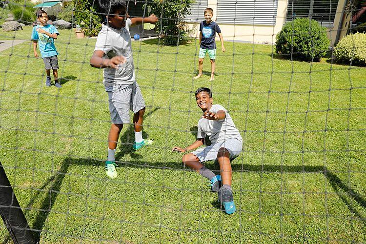 Fussball verbindet: Lukas (in Blau), die Zwillinge Arian und Dorian sowie Sven.