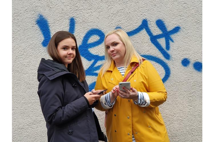Mia Hidber ist 16 Jahre alt und hat im August 2018 eine Ausbildung als Fachfrau Gesundheit begonnen. Steffi Hidber ist 45 Jahre alt und lebt mit ihrem Mann und den beiden Töchtern Lily und Mia mitten Zürich. Die Journalistin schreibt leidenschaftlich über Schönes auf ihrem Blog www.heypretty.ch.