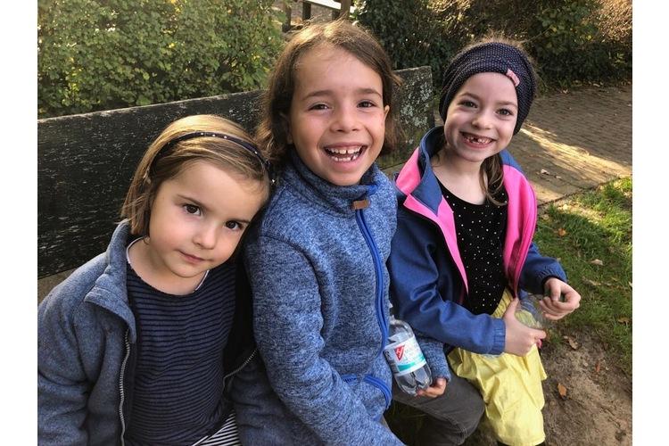 Happy mit der Cousine im hohen Norden: Die beiden Töchter von Andrea Widmer mit ihrer Cousine, rechts.