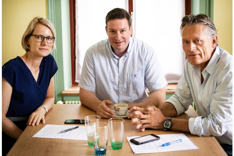 Eveline Hartmann und Nik Niethammer vom Schweizer ElternMagazin Fritz+Fränzi im Gespräch mit Thomas Minder (Mitte). Er weiss aus Erfahrung, wie einsam die Rolle des Schulleiters ist. Er fordert, den Job attraktiver zu machen.