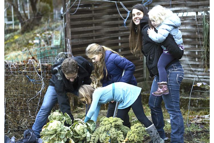 Eine neue Qualität des Zusammenseins dank Achtsamkeit: Familie Hiestand im Garten ihres Hauses in Goldiwil bei Thun.