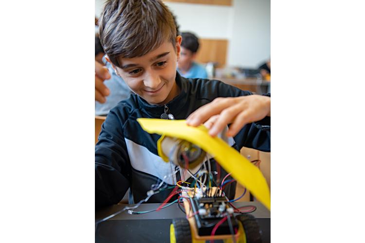 Der Kurs Roboter-Bauen ist in jedem Feriencamp sehr beliebt. Mehr zu den Sommerlagern, die die Stiftungen Elternsein und Kinderdorf Pestalozzi dieses Jahr zum ersten Mal zusammen organisiert haben, erfahren Sie hier.