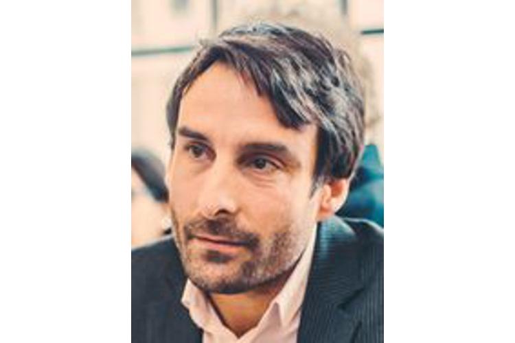 Patrick Gross ist Psychoanalytiker und Psychotherapeut in eigener Praxis in Basel und Dozent. Seit zwölf Jahren berät und begleitet er zu einem grossen Teil Transmenschen. Er ist Vorsitzender der Schweizer Fachgruppe Trans*, einer trans/cisinklusiven multiprofessionellen Arbeitsgruppe. Gross ist verheiratet und Vater zweier Kinder. Er lebt mit seiner Familie in Basel.
