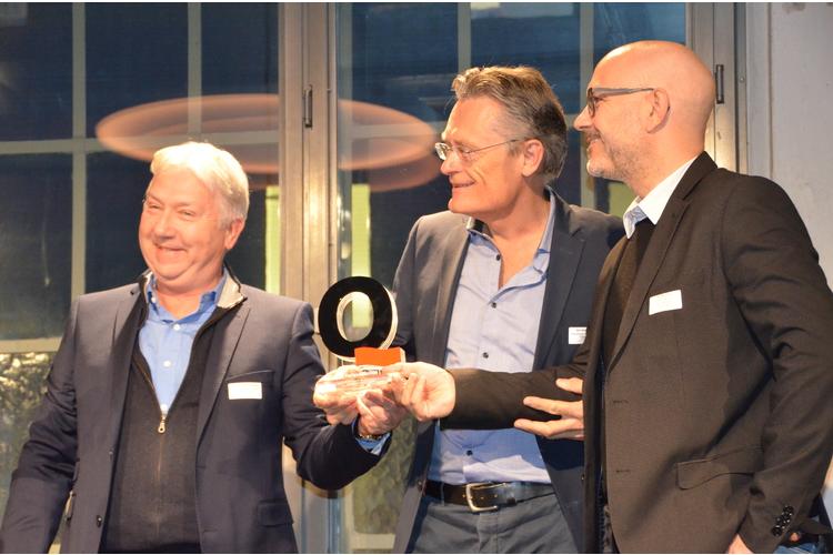 Verlagsleiter Thomas Schlickenrieder, Chefredaktor Nik Niethammer und der stellvertretende Verlagsleiter Patrik Luther nehmen den Q-Award entgegen (von links).