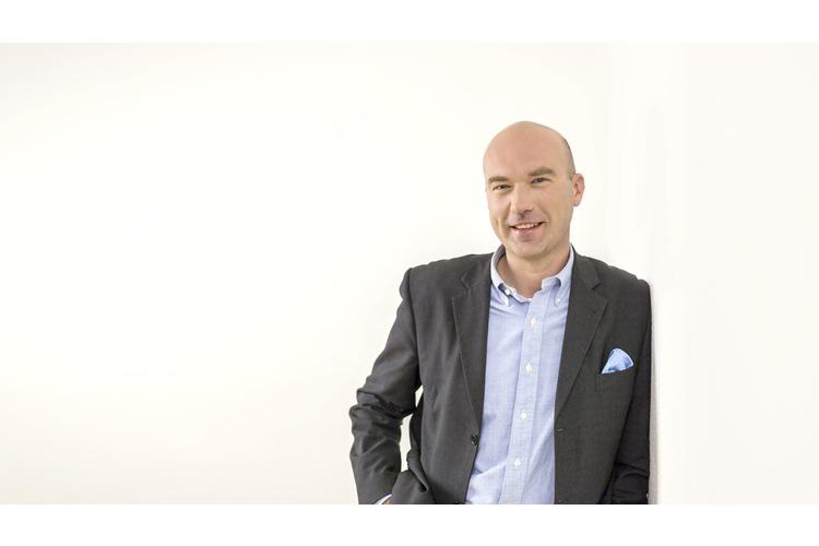 Franz Kühmayer war nach dem Studium der Physik und der Informatik für mehrere internationale IT-Unternehmen in leitender Position tätig. Seit einigen Jahren forscht und referiert der Österreicher als Trendforscher am Zukunftsinstitut in Frankfurt und für das österreichische Beratungsunternehmen KSPM zur Zukunft der Arbeitswelt.