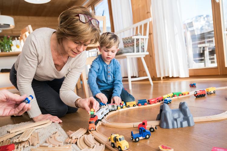 Statt hitzige Diskussionen zu führen, gilt es gemeinsam herauszufinden: Was funktioniert am besten für unser Kind und unseren Enkel? Was sind seine Bedürfnisse?