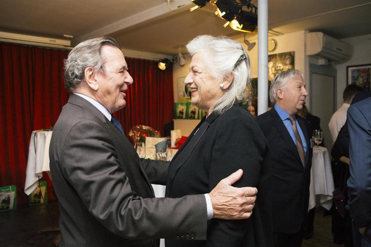 Das Geburtstagskind, Ellen Ringier, kommt an - und freut sich. Die Überraschung ist geglückt! Gerhard Schröder, Bundeskanzler a.D begrüsst sie.