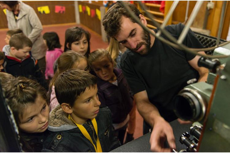 Es rattert: Roadmovie führt Kindern einen Projektor vor …