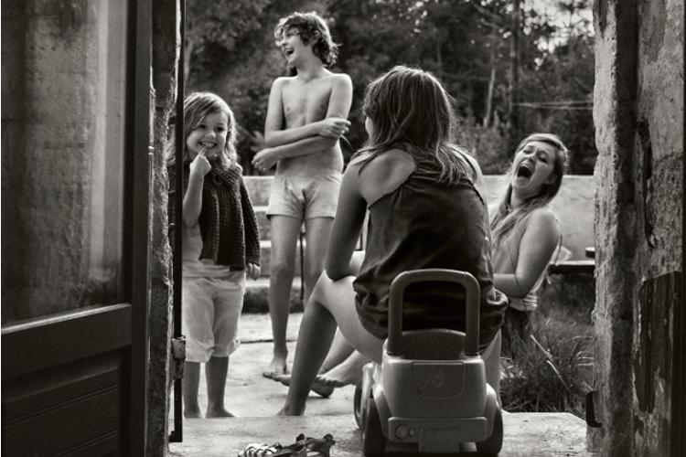 Der französische Fotograf Alain Laboile ist Vater von sechs Kindern. Über viele Jahre hat er das turbulente Leben seiner Familie im Südwesten Frankreichs mit der Kamera festgehalten. Die hier aufgeführten Bilder stammen aus dem Jahr 2014. www.laboile.com