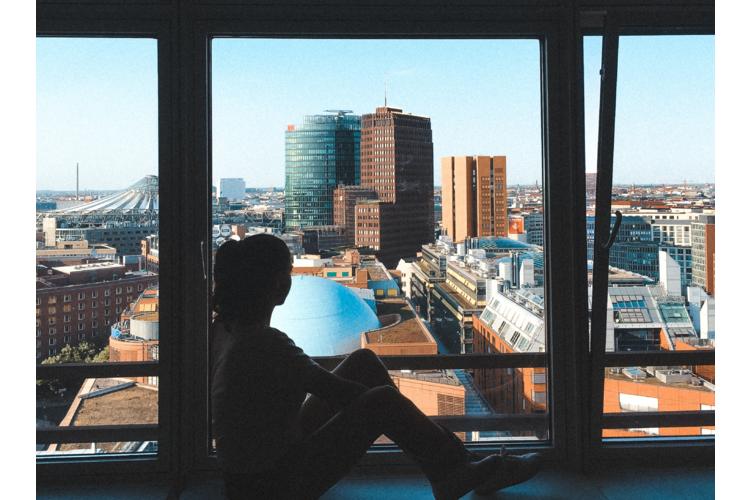 Etwa jeder zweite junge Mensch, der zum Studieren in eine andere Stadt zieht, sehnt sich in den ersten Wochen zurück ins alte Nest. Die gute Nachricht: Meist nimmt Heimweh nach einem anfänglichen Höhepunkt schnell wieder ab.