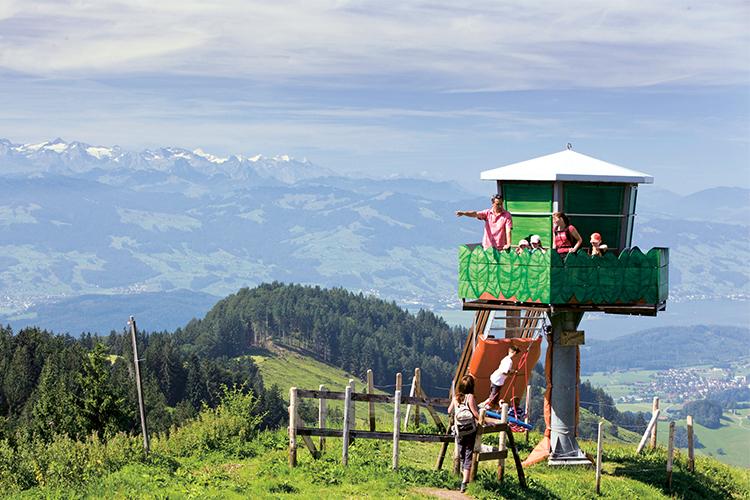 1/4 Wanderparadies: frische Bergluft sowie das einmalige Panorama sind ein Erlebnis für sich– an manchen Tagen erstrahlen in der Ferne sogar Eiger, Mönch und Jungfrau!