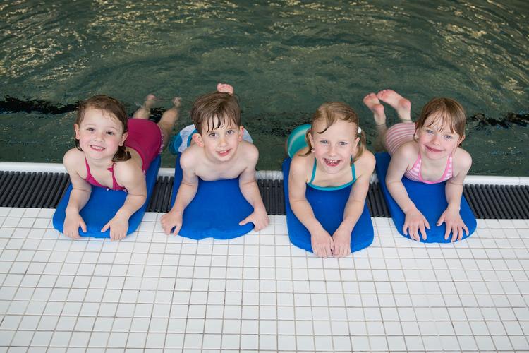In Schwimmkursen geht es erst einmal darum, die Angst zu verlieren und sich intuitiv zu bewegen. Die Technik kommt später.