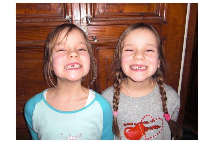 1/5 Momentaufnahmen: Léni und ihre Schwester Finnja vor Beginn der Krebserkrankung ...
