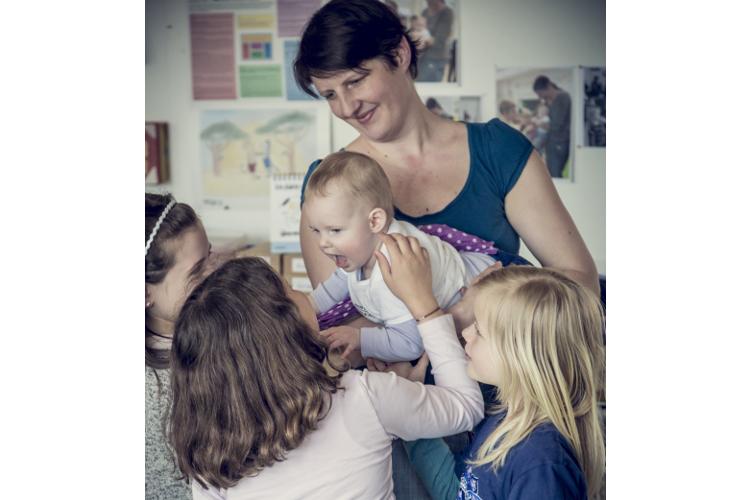 «Hello Baby Lisa!» Zu Beginn der Stunde begrüssen Mutter und Baby jedes Kind.