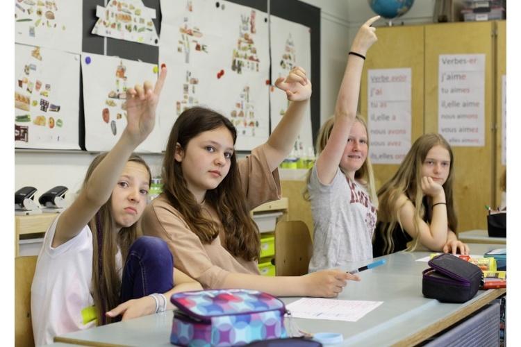 Im Diskus über eine gute Schule beschwören Bildungsexperten oft Ideale, ohne praxisnahe Wege aufzuzeigen. Umsomehr müssen daher auch die Stimmen derer eingefangen werden, die tagtäglich davon betroffen sind: Lehrpersonen, Lernende und Eltern.