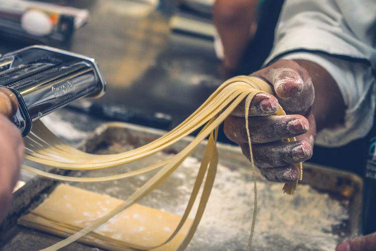 Die Imperia Pasta-Maschine, die sich Claudia Landolt für den Familien-Küchenspass besorgt, kostet etwa 125 Franken. Bild: Jorge Zapata