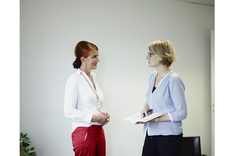 Sefika Garibovic im Gespräch mit der stellvertretenden Fritz+Fränzi-Chefredaktorin Evelin Hartmann.