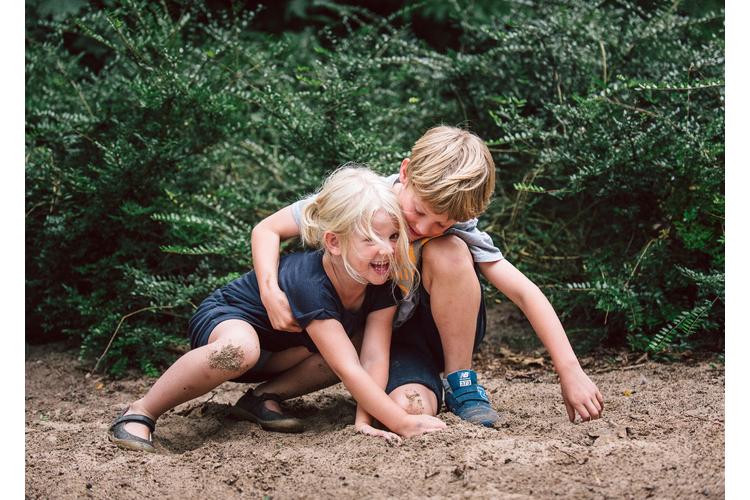 Kinder lernen, dass sie leichter Freunde finden, wenn sie auch auf andere achten.