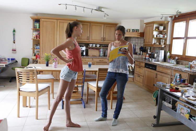 Klare Haltung: Sara mit ihrer Mutter Doris Gantenbein. Die 16-Jährige treibt wie ihre Geschwister jeden Tag Sport.