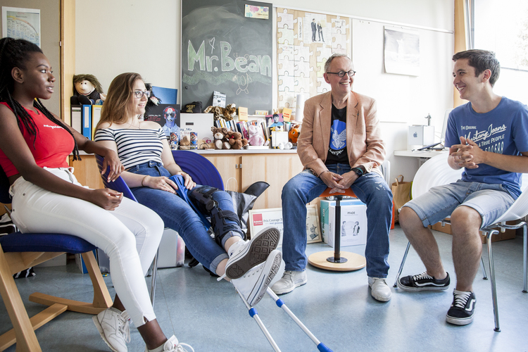 Das Thema ist ernst, das heisst aber nicht, dass nicht auch einmal gelacht werden darf: Lothar Janssen bespricht sich mit den Peacemakern Elsa, Jessica und Angelo in seinem Büro.
