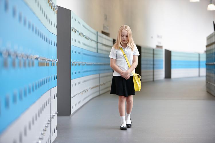 Weil die Angst im Kontext Schule stattfindet, muss sie auch dort wieder verlernt werden.Bild: Cultura Creative /Alamy Stock Photo