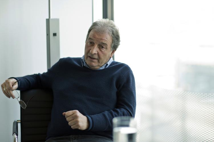 Jean-Luc Guyer vertieft in das Gespräch mit der Redaktion des ElternMagazins Fritz+Fränzi