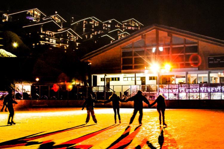 Die Eisbahn dient am Tag unter anderem als Hockeyfeld, am Abend verwandelt dieses sich in eine Eisdisco.