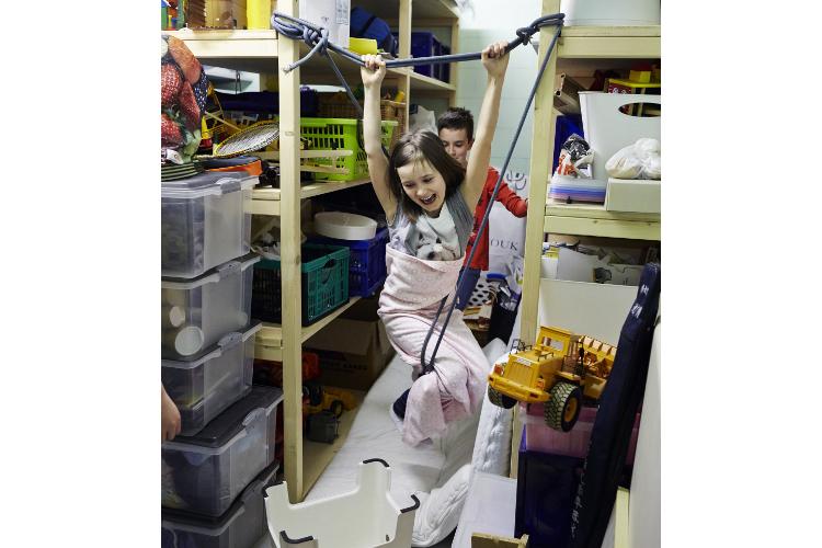 Magischer Moment: Sophie und ihr jüngerer Bruder spielen ausgelassen