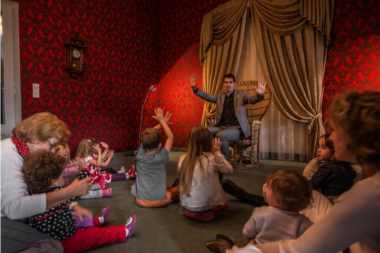 Begeisterte Zuhörer im Märchenhotel.Bild: zVg