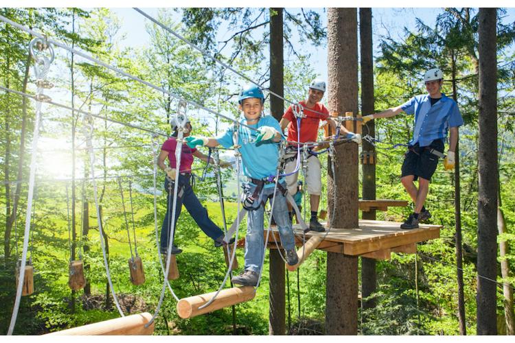 Der Seilpark im Atzmännig: Mit acht Parcours, verschiedenen Höhen und Schwierigkeitsgraden ist es der perfekte Ort, um Geschicklichkeit und Koordinations-vermögen zu beweisen.
