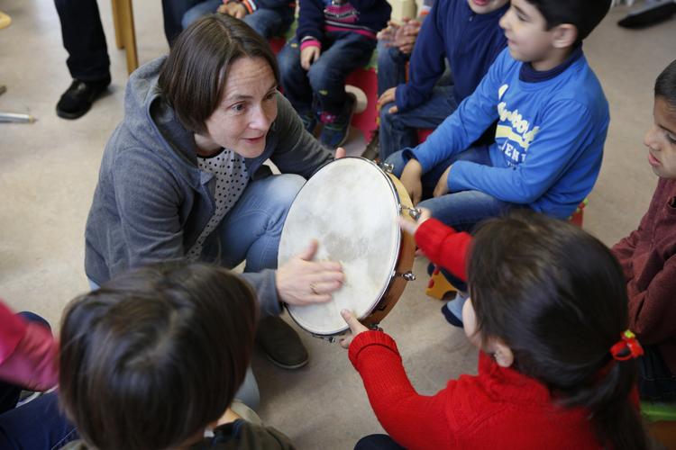 Alle Kinder wollen der Lehrerin zeigen, wie der Sturmwind tönt. Bild: Bild:Filipa Peixeiro/ 13 Photo
