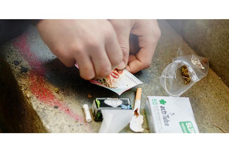 3/4 Cannabiskonsum wird mit 100 Franken Busse bestraft, sofern es nicht mehr als um 10 Gramm Hanf handelt.