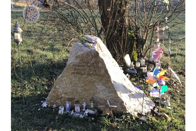 (3/3) An Jades Gedenkplatz legen ihre Freunde und Mitschüler oft Kerzen nieder.
