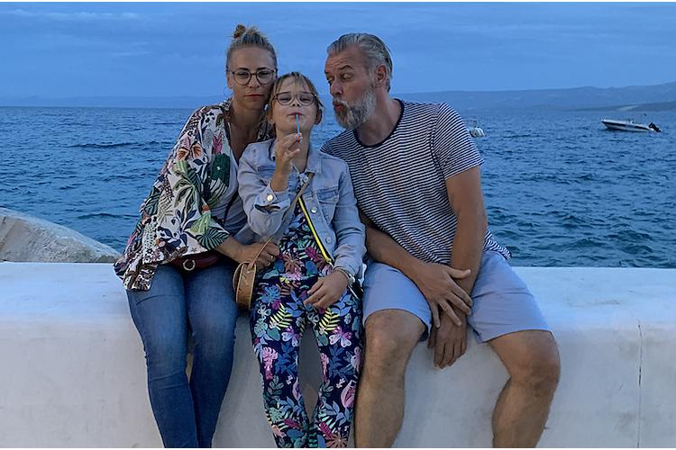 «Seit der Coronakrise teilen mein Partner und ich die Haushaltspflichten viel ausgeglichener untereinander auf», sagt Vera Schönenberger, hier im Bild mit Tochter und Partner.