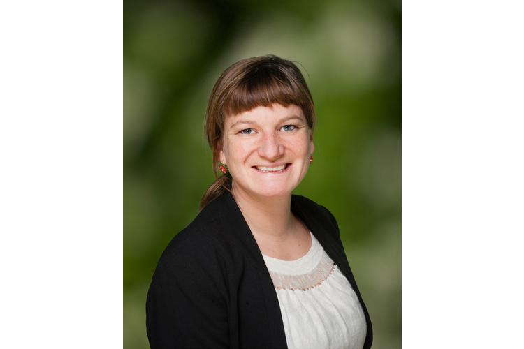 Dina Walser leitet das Projekt «Ab in die Natur – draussen unterrichten». Sie ist Primarlehrerin und ihr Lieblingsbaum ist der Nussbaum, weil er uns jedes Jahr mit einer leckeren Ernte beschenkt. Bild: zVg