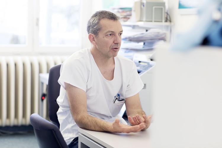 Dr. Georg Staubli ist Leiter der Notfallstation am Kinderspital. Im Winter hat er besonders viel Arbeit. Bild: Vera Hartmann / 13 Photo