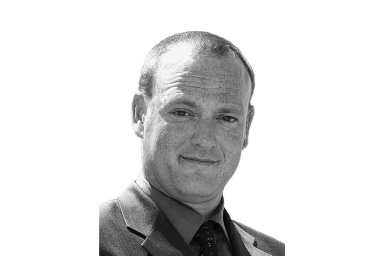Martin Hellweg, geboren 1967, gründete 2007 den Virtual Bodyguard - eine Firma, die sich auf den Schutz der Privatsphäre spezialisiert hat. Privat bereist er die Welt und macht Musik.