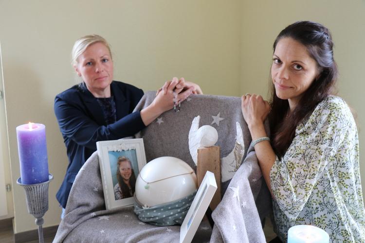 Eva Finkam und Dominique Dreier mit Jades Urne