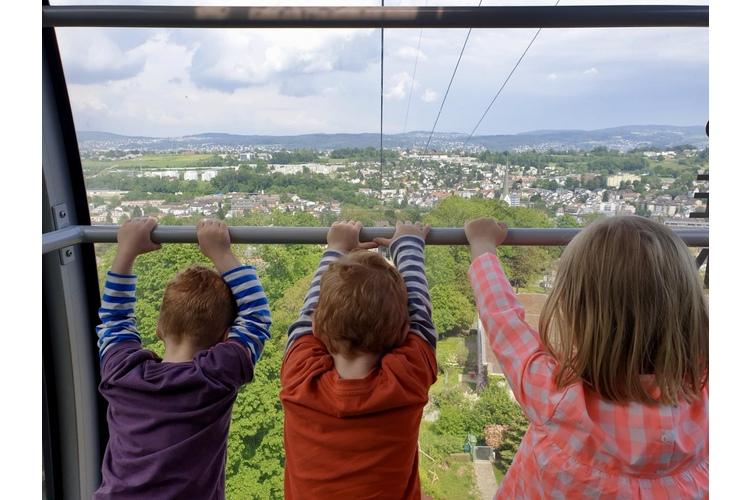 Einfacher gesagt, als getan: Drüberstehen. Oder besser noch: Den Rücken zudrehen und weitergehen. Meine drei Kinder auf dem Weg auf die Felsenegg.
