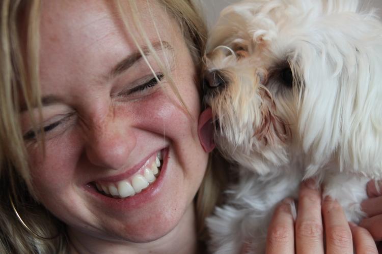 Hat da jemand kinderlos gesagt? Bianca Fritz, Leitung Online-Redaktion mit ihrem Hund Sukhi. Bild: Susanne Bogoslaw