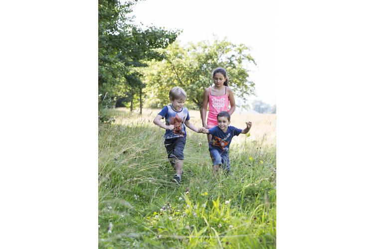 3/3 Das Gras riechen, dem Blätterrauschen zuhören: Alles dies erzeugt Eindrücke, die sich im Nervensystem verankern und beim Kind später Assoziationen hervorrufen.